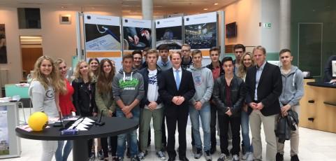 Schüler im Gespräch mit Bundestagsabgeordneten
