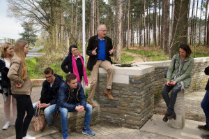 Jan De Corte erläuterte den Schülern den australischen Soldatenfriedhof in Zonnebeke.