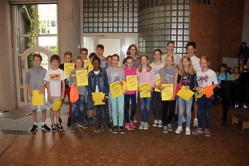 Für ihre Leistungen beim Sportfest wurden diese Schülerinnen und Schüler geehrt.