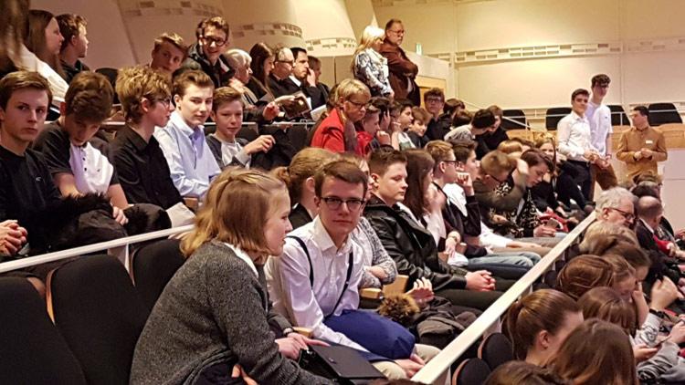 100 Schüler hören Schlüsselwerk der Musikgeschichte