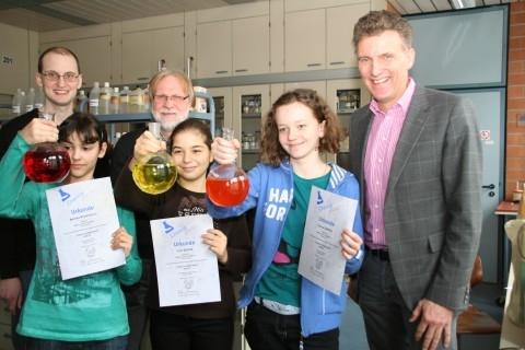 Siebtklässlerinnen räumen bei Chemie-Wettbewerb ab